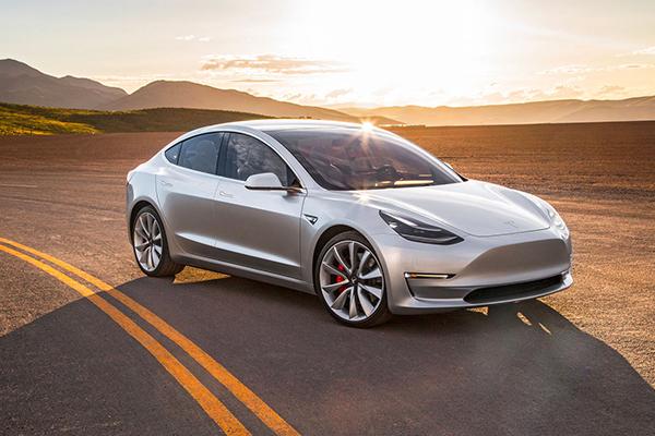 Илон Маск представил Tesla Model 3 для широкой аудитории