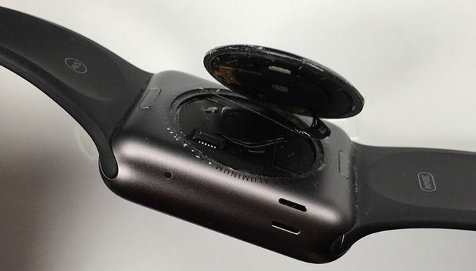Apple продлила до 3 лет программу бесплатного ремонта Apple Watch с отклеившейся задней крышкой