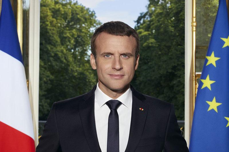На официальной фотографии президента Франции Эммануэля Макрона обнаружили сразу два iPhone