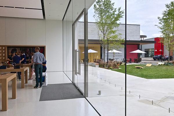 Взгляд на новый магазин Apple в торговом центре Hilldale