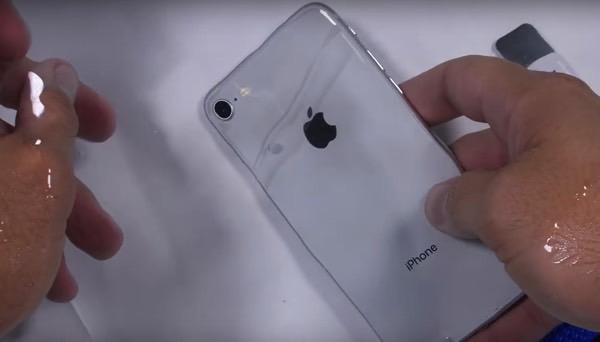 YouTube-блогер устроил подводную распаковку iPhone 8