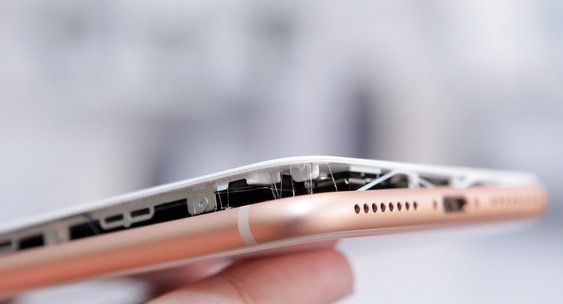 Батарея iPhone 8 Plus раздувается во время зарядки