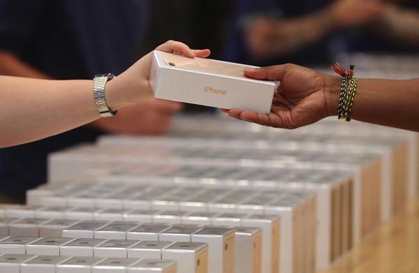 Почему спрос на iPhone всегда намного выше предложения?