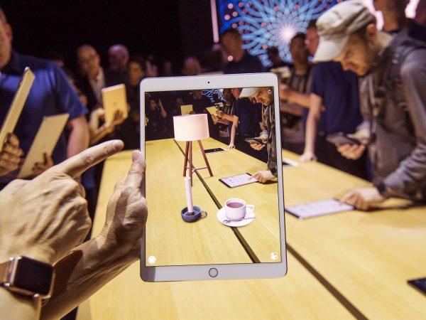 Тим Кук заявил, что Apple не разрабатывает очки с дополненной реальностью