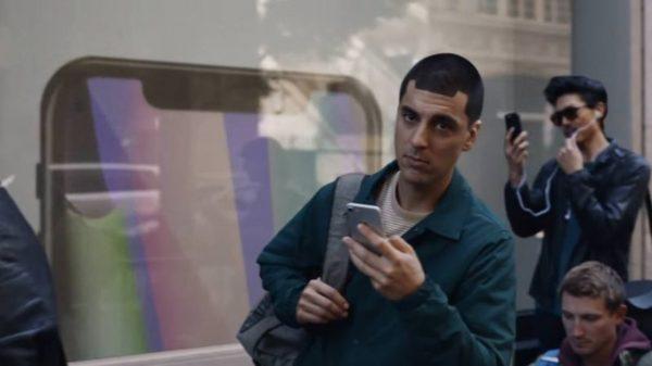 Samsung в новой рекламе высмеивает покупателей iPhone X