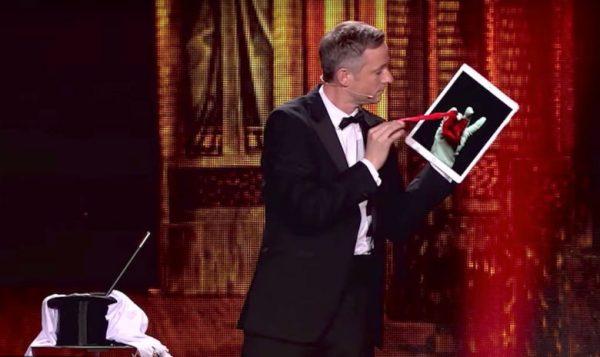 Фокусник носит iPad, как перчатку