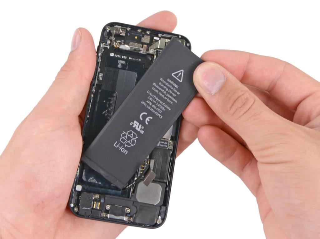 Apple будет менять батареи в iPhone независимо от их состояния