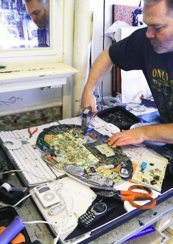Созданный из мусора портрет Стива Джобса продадут на аукционе