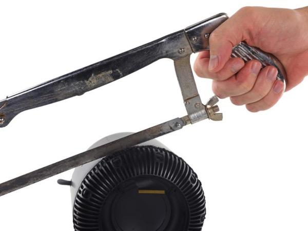 Чтобы разобрать HomePod понадобится нож и пила.