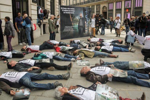 Французские активисты решили «умереть» в Apple Store
