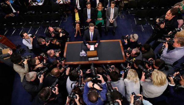 Цукерберг не смог назвать конкурента Facebook