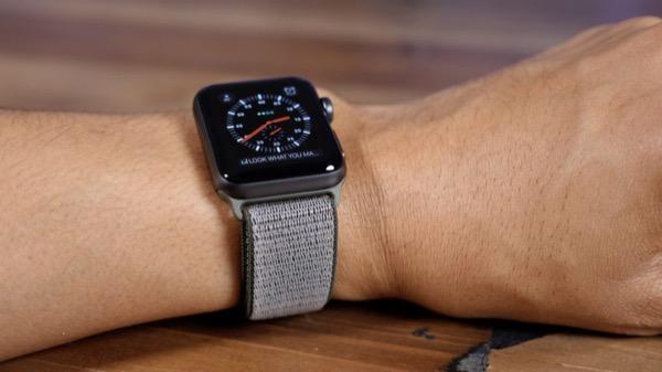Женщина получила серьезный штраф из-за того, что посмотрела время на Apple Watch