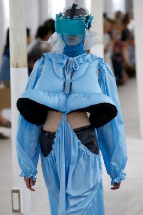 VR-шлемы и держатели для iPhone: что носили модели на недавнем показе мод в Париже