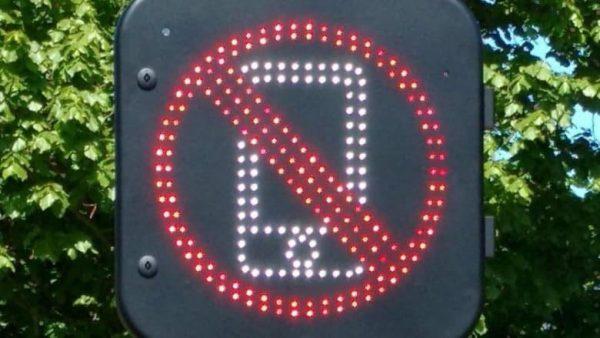 Дорожная система Соединенного Королевства следит за водителями, использующими смартфоны за рулем