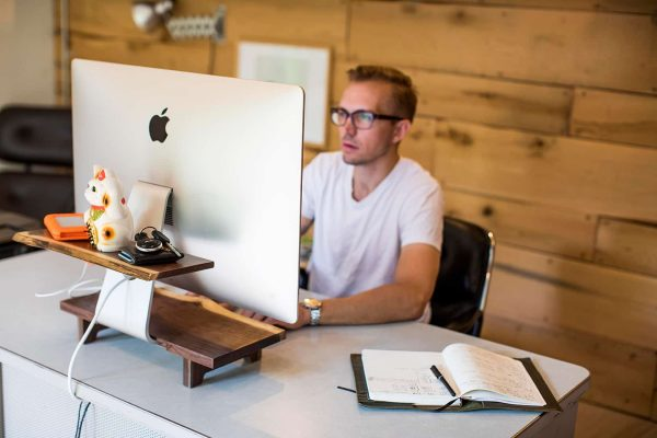 Упавшие деревья перерождаются в виде подставок для iMac