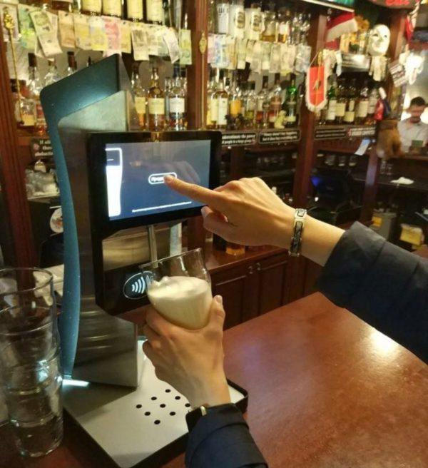 В московском баре появился пивной кран с бесконтактной оплатой