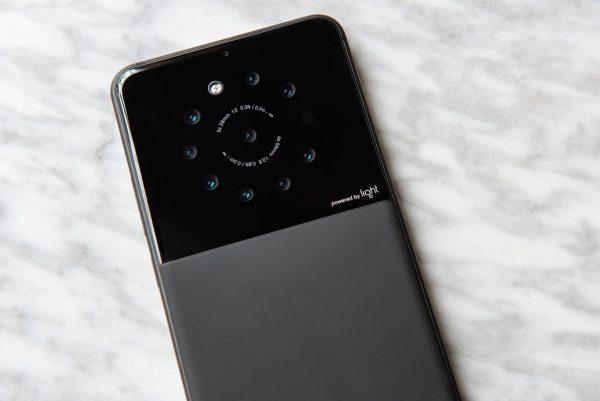 Американская компания выпустит смартфон с девятью камерами
