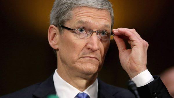 Опытный пользователь печатной машинки объяснил Тиму Куку, как управлять Apple