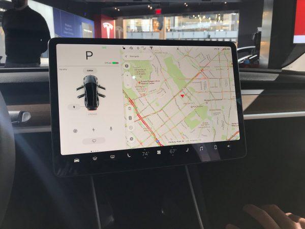 Илон Маск хочет, чтобы водители Tesla играли в Angry Birds на ходу