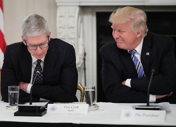 Трамп пользуется iPad, но называет его «плоский»