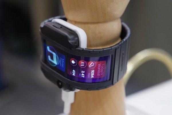 ZTE представила смартфон в виде часов, как из фантастических фильмов